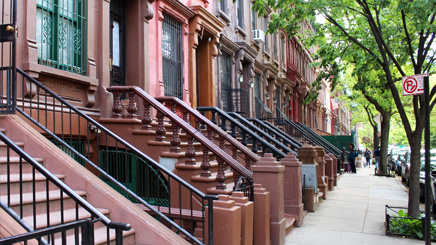 New York Harlem batiment britque rouge rampe